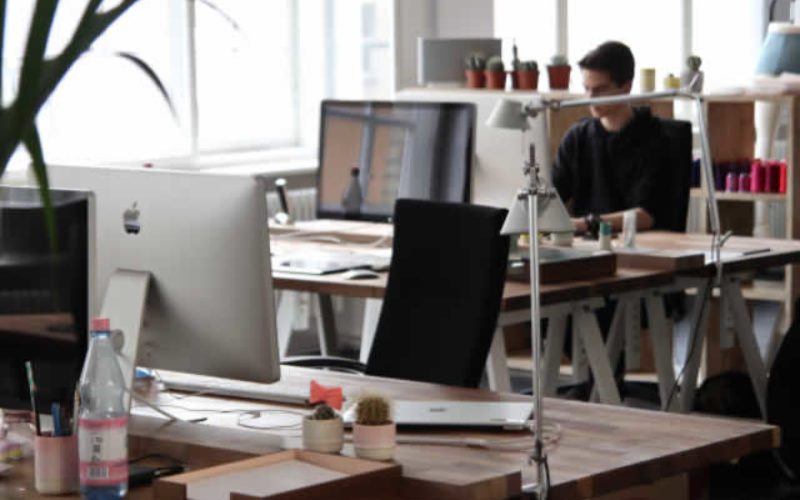The Advantages and Disadvantages of Renting Office Tech